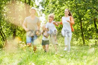 Glückliche Familie hat Spaß in der Natur