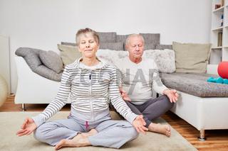 Senioren Paar macht Yoga Übung