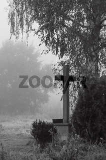 Feldkreuz im Morgennebel