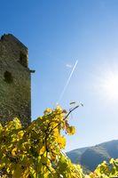 Burg Are mit Kondensstreifen