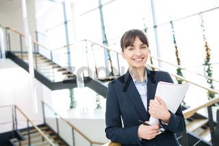 Junge Geschäftsfrau als erfolgreicher Start-Up Gründer