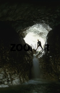 Canyoning im Hetzgraben durch einen Lawinentunnel