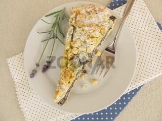 Mohnkuchen mit Streuseln und Puderzucker