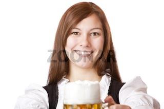 Glückliche bayerische Frau im Dirndl hält Oktoberfest Bierkrug