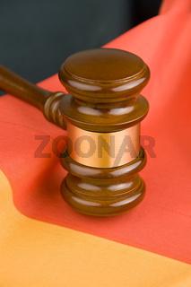 Richterhammer und deutsche Flagge