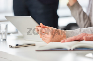Laptop Computer und Smartphone