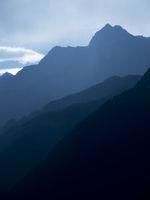 Blaue Berge in Südtirol vertikal