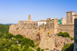 Pitigliano auf Felsen, schmale hohe Häuser gebaut, gebaut von Volcan tuf Stein, Toskana, Italien
