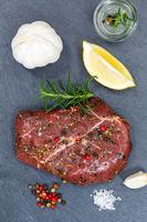 Fleisch Steak roh Rindfleisch Hochformat von oben Schieferplatte