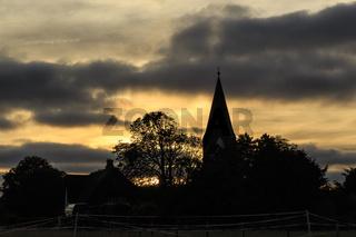 Sonnenuntergang mit Kirchturm