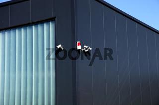 Überwachungskamera und Alamanlage an einem Gebäude