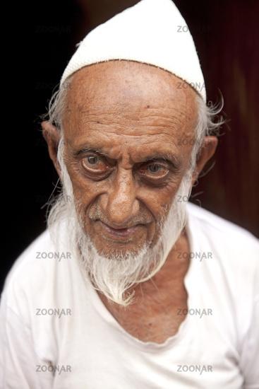Foto alter Mann muslimischen Glaubens mit weissem Bart und Mtze