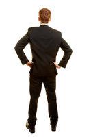 Geschäftsmann im Anzug von hinten