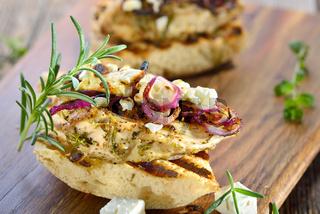 Panini mit Hühnerbrust und Feta