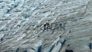 Kleine Gruppe wandert auf einem Gletscher