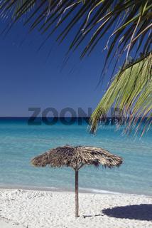 Strand mit Sonnenschirm