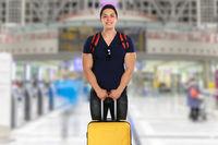 Urlaub junger Mann mit Koffer Flughafen Reise reisen verreisen jung