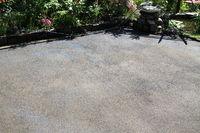 Mit Dünger vorbereiteter Boden für Rollrasen im Garten