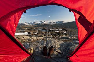 Blick aus dem Zelt zum Sulitelmamassiv mit dem Sulitelmagletscher, Welterbe Laponia, Lappland, Schweden, und dem Gipfel Suliskongen, Provinz Nordland, Norwegen