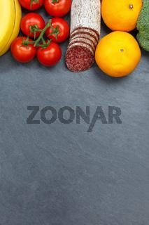 Obst und Gemüse Sammlung Lebensmittel Früchte essen Hochformat Schieferplatte Textfreiraum von oben