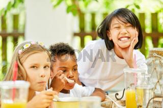 Kinder im internationalen Kindergarten frühstücken