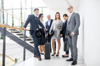 Gruppe Geschäftsleute mit Gepäck im Treppenhaus