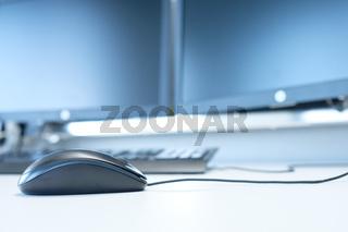 Maus am Computer mit Monitoren