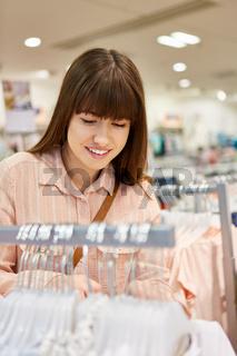 Junge Frau beim Shopping nach Kleidung