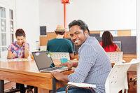 Mann als Gründer arbeitet am Laptop