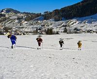 Eine Gruppe Schellenkläuse beim Ortsrundgang am Alten Silvester, Urnäsch, Schweiz
