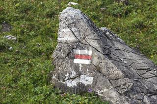Die Flage von Österreich, auf einm großen Stein aufgemalt.