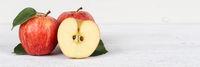 Äpfel Apfel rot geschnitten Obst Frucht Früchte Banner Textfreiraum auf Holzplatte