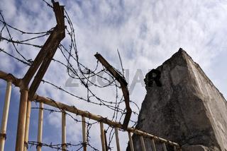 Tor mit Stacheldraht und Mauer