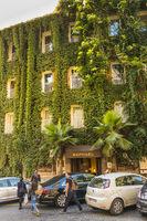 begrünte fassade und eingangsbereich des luxushotels raphael