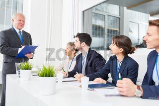 Manager testet Bewerber im Seminar