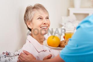 Alte Frau bekommt ein gesundes Frühstück