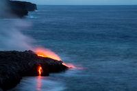 Lava fließt ins Meer