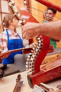 Gitarrenbauer reparieren eine Harfe