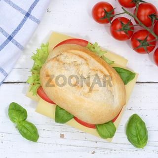 Brötchen Sandwich Baguette belegt mit Käse Quadrat von oben auf Holzbrett
