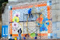 Keramikarbeiten an der Betonwand an der Strasse