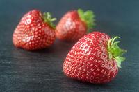 Erdbeeren auf einer Schieferplatte