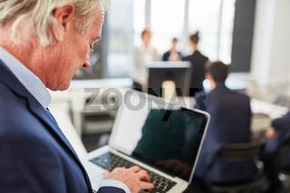 Business Mann mit Laptop Computer