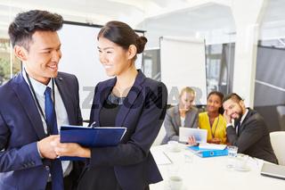 Frau und Mann als Berater im Consulting Team