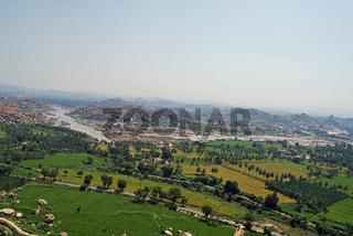 Blick vom Anjenari Hill auf Reisfelder und Granitfelsen, Hampi, Karnataka, Indien, Südasien
