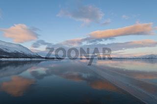Berge im Fjaell spiegeln sich im zugefrorenen See Tornetraesk, Abisko, Lappland, Schweden