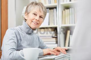 Ältere Geschäftsfrau am Computer