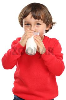 Kind trinken Milch Glas gesunde Ernährung Hochformat Freisteller freigestellt isoliert