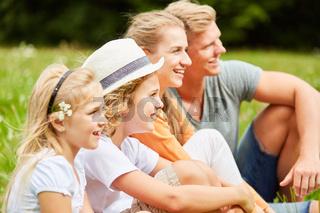 Glückliche Familie und Kinder auf einer Wiese