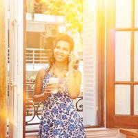 Frau beim Kaffee trinken und telefonieren in Pause