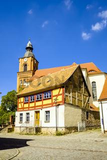 Restauriertes Fachwerkhaus vor Stadtpfarrkirche Buckow (Märkische Schweiz), Brandenburg, Deutschland